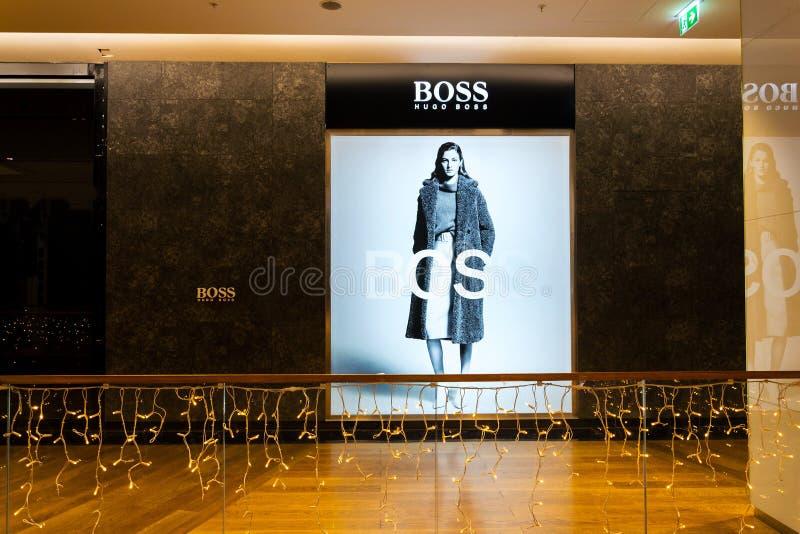 Logotipo de lujo alemán de la compañía de la casa de moda Hugo Boss AG en tienda foto de archivo
