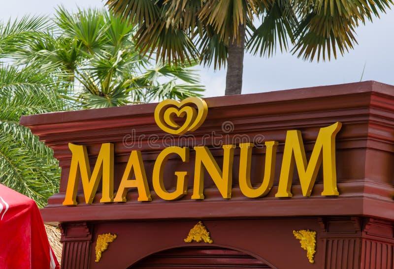 Logotipo de marcagem com ferro quente do gelado do magnum na fachada da construção do quiosque foto de stock