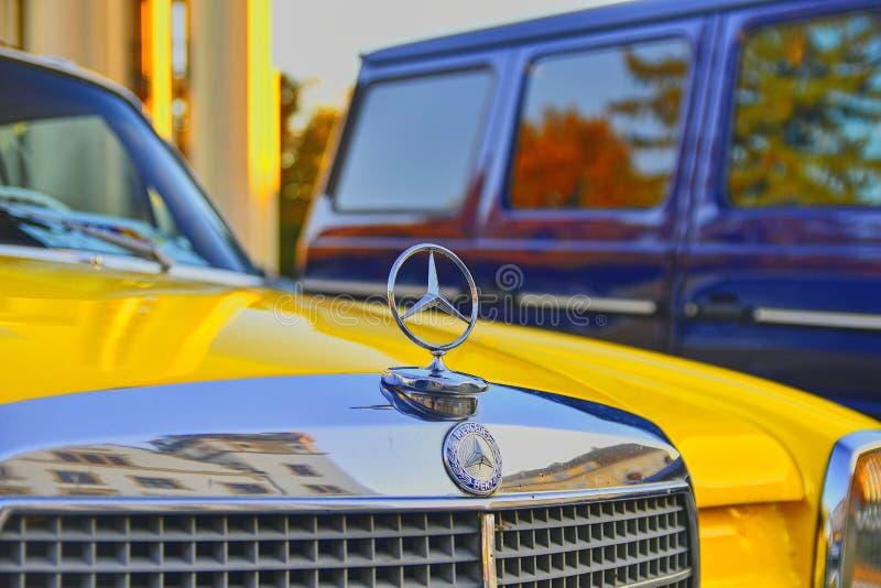 Logotipo de Mercedes Benz em um carro amarelo do vintage Mercedes-Benz é um fabricante de automóvel alemão O tipo é usado para foto de stock