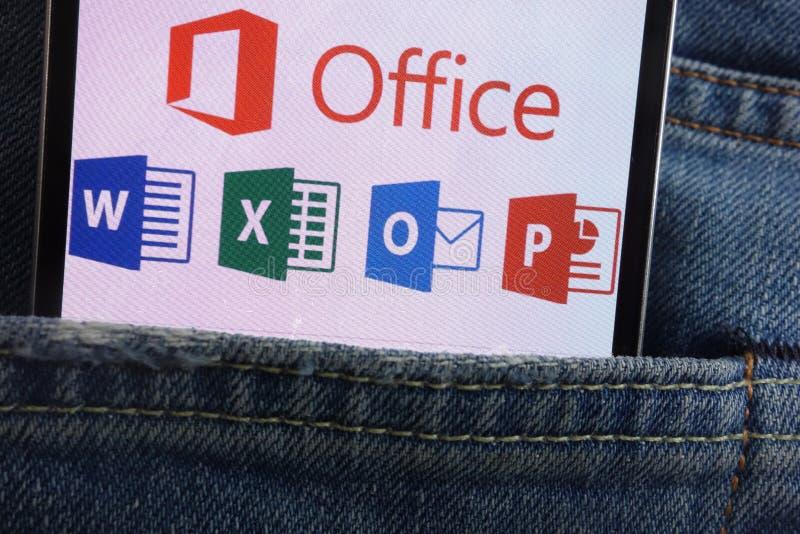 Logotipo de Microsoft Office exhibido en el smartphone ocultado en bolsillo de los vaqueros fotos de archivo libres de regalías