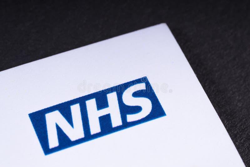 Logotipo de NHS en un prospecto fotografía de archivo