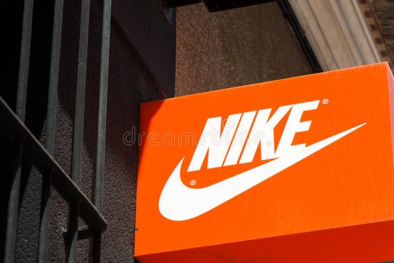 Logotipo de Nike na loja de Nike imagem de stock