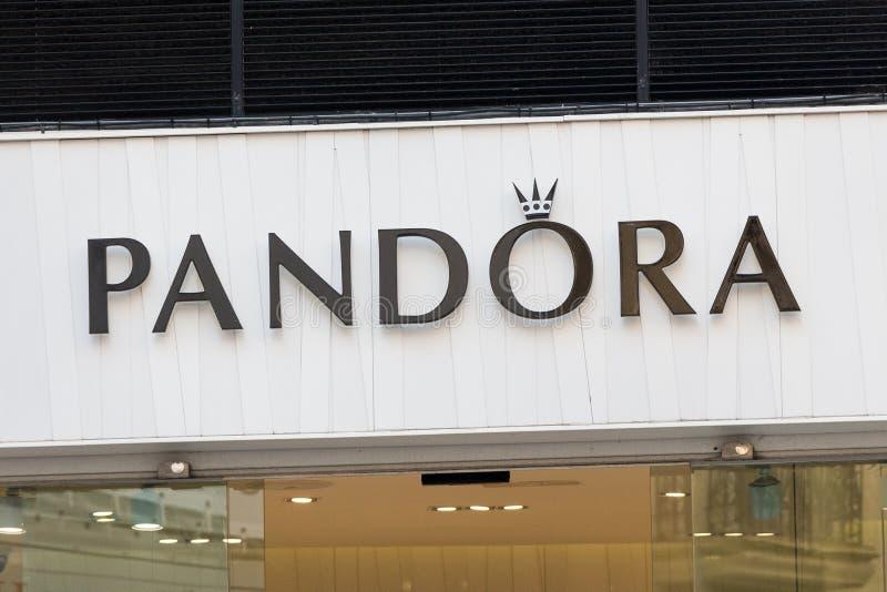 Logotipo de Pandora en la tienda de Pandora fotos de archivo libres de regalías