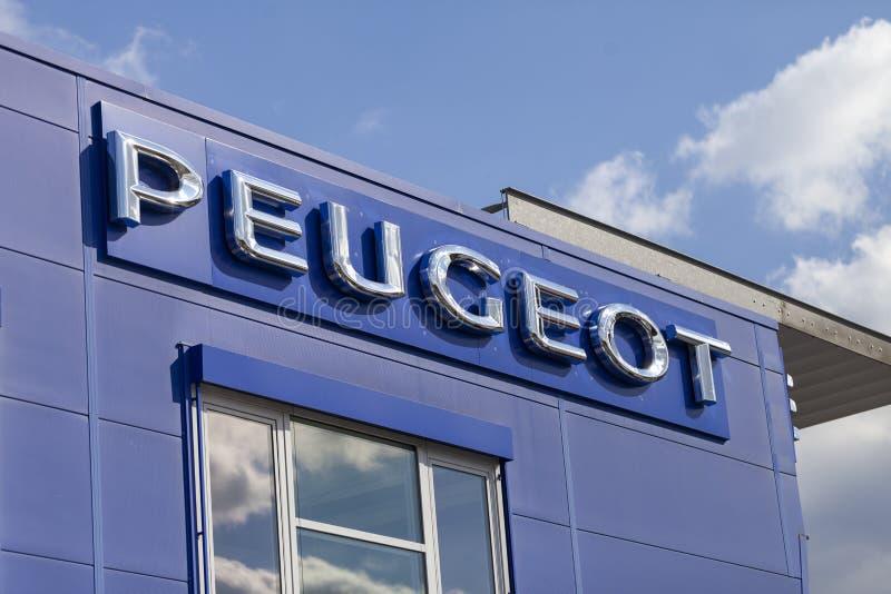 Logotipo de Peugeot en un coche de Peugeot en un concesionario de coches fotografía de archivo libre de regalías