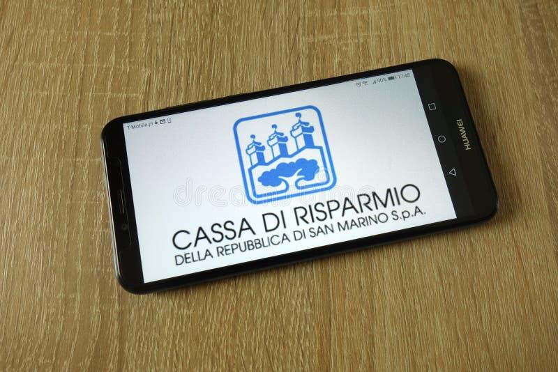 Logotipo de San Marino de los di de Repubblica del della de Cassa di Risparmio exhibido en smartphone fotos de archivo