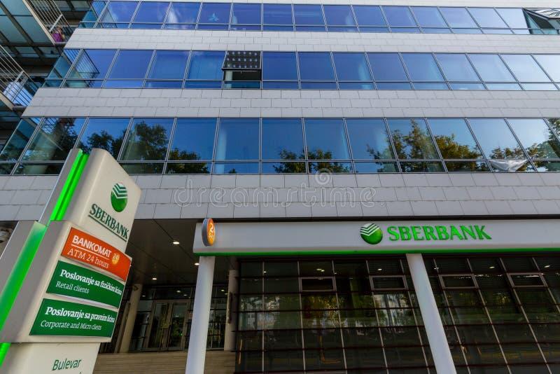 Logotipo de Sberbank en su filial de nueva Belgrado, durante la tarde Sberbank es uno de los bancos más grandes de Rusia fotografía de archivo