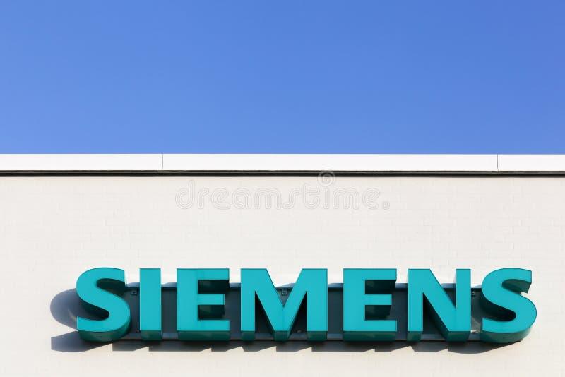 Logotipo de Siemens em uma fachada imagem de stock