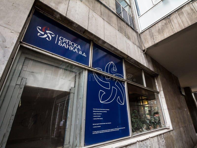 Logotipo de Srpska Banka en su oficina principal para Belgrado céntrica También conocido como banco servio, es uno de los bancos  fotos de archivo libres de regalías