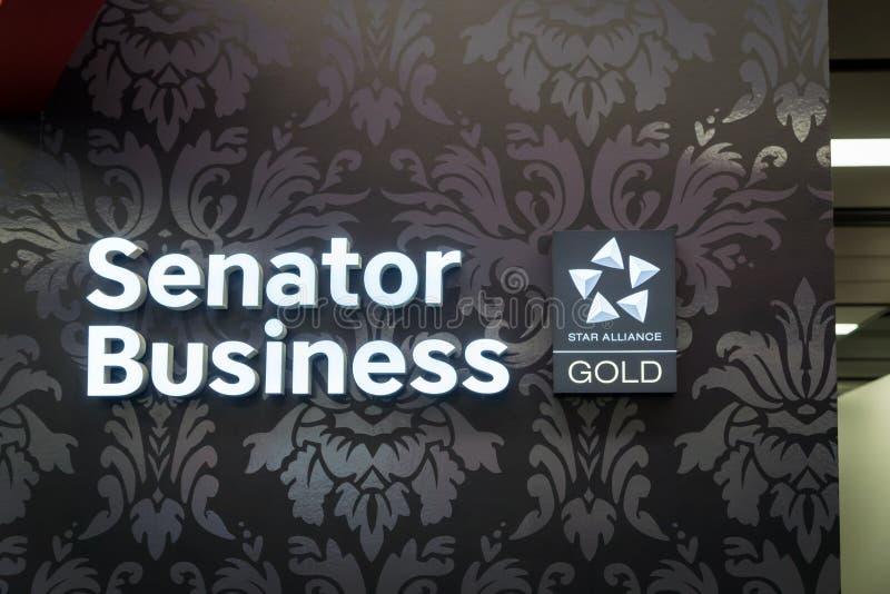 Logotipo de Star Alliance no membro do ouro e na entrada da sala de estar da classe executiva fotos de stock