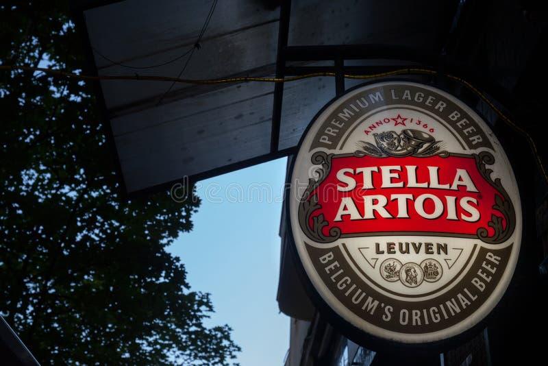 Logotipo de Stella Artois en una muestra de la barra con su representación visual distintiva Stella Artois es una cerveza ligera  fotos de archivo