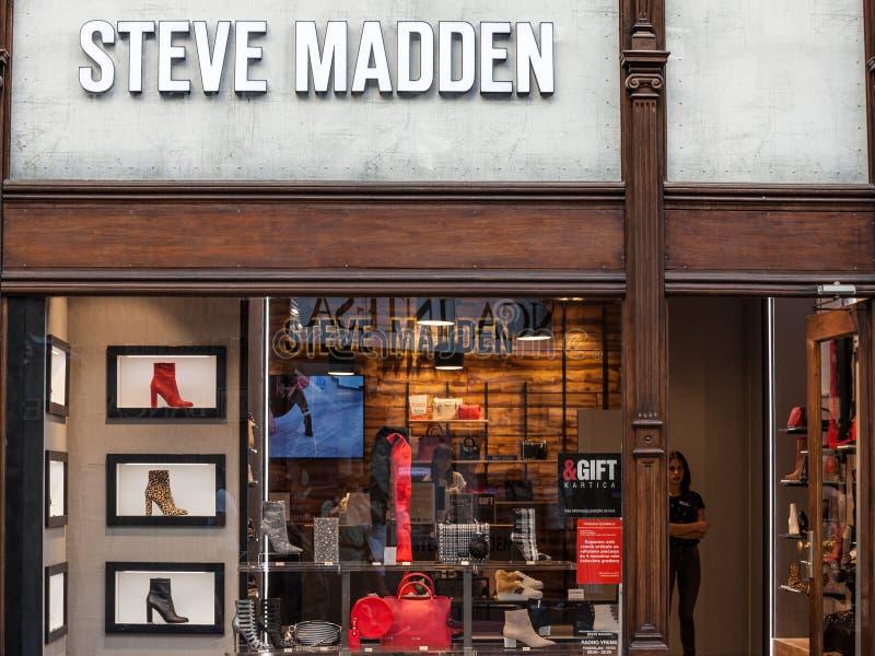 Logotipo de Steve Madden en su tienda en Belgrado Steve Madden es una marca americana especializada en la venta de los zapatos y  fotografía de archivo libre de regalías