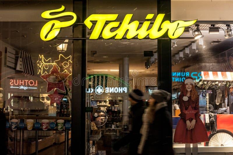 Logotipo de Tchibo em sua loja principal de Munich tomada na noite Tchibo é uma corrente alemão de varejistas e de cafés do café foto de stock royalty free