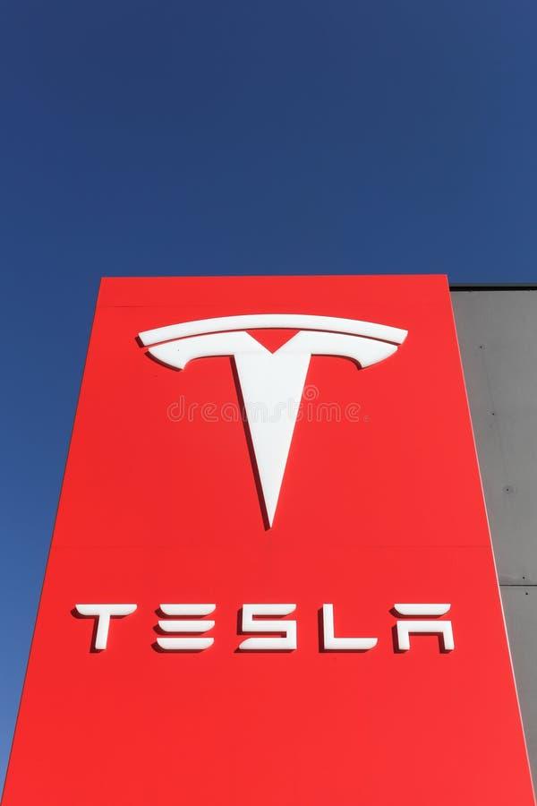 Logotipo de Tesla en una pared fotografía de archivo libre de regalías