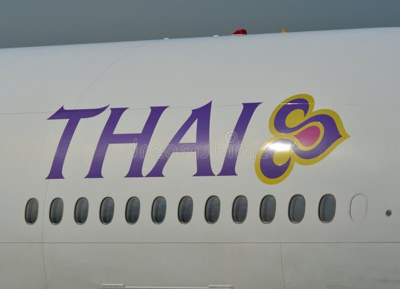 Logotipo de Thai Airways en cuerpo de los aviones imagenes de archivo