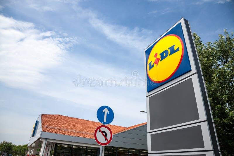 Logotipo de um supermercado de Lidl em Szeged, Hungria Lidl é uma cadeia de supermercados global alemão do disconto espalhou tudo fotografia de stock royalty free