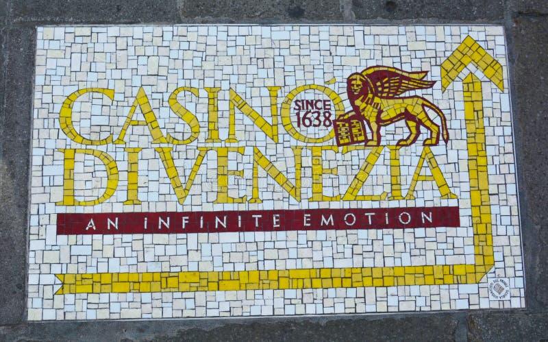 Logotipo de Venezia dos di do casino no pavimento, Itália fotografia de stock