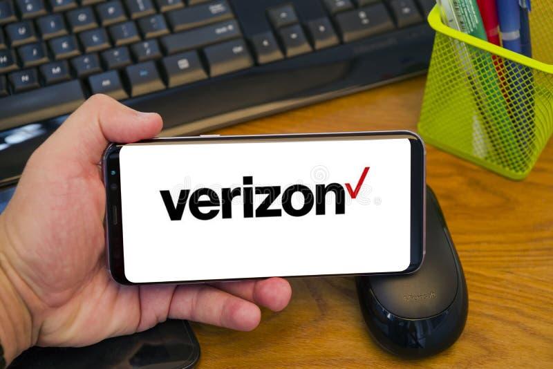 Logotipo de Verizon en la exhibición móvil fotografía de archivo