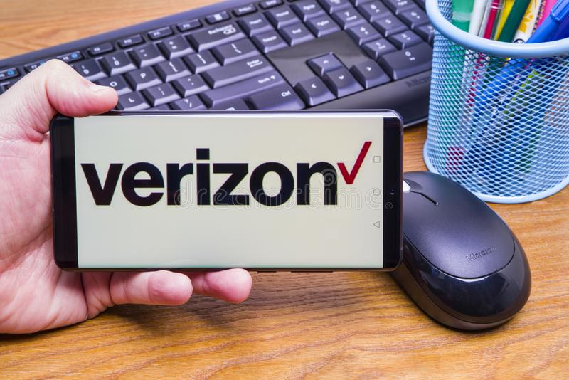 Logotipo de Verizon en la exhibici?n m?vil fotografía de archivo libre de regalías