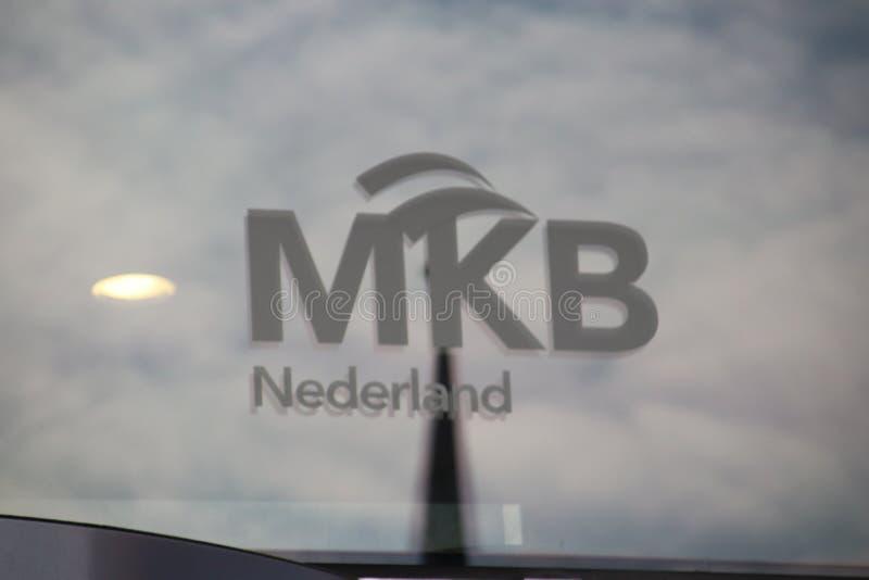 Logotipo de VNO NCW y de MKB Nederland en las ventanas de la oficina del malietower en Den Haag los Países Bajos fotografía de archivo