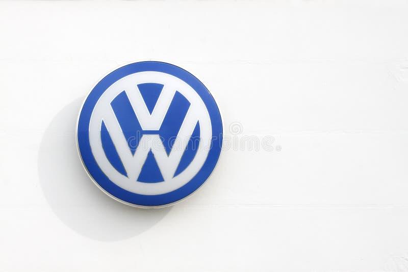Logotipo de Volkswagen en una pared imágenes de archivo libres de regalías