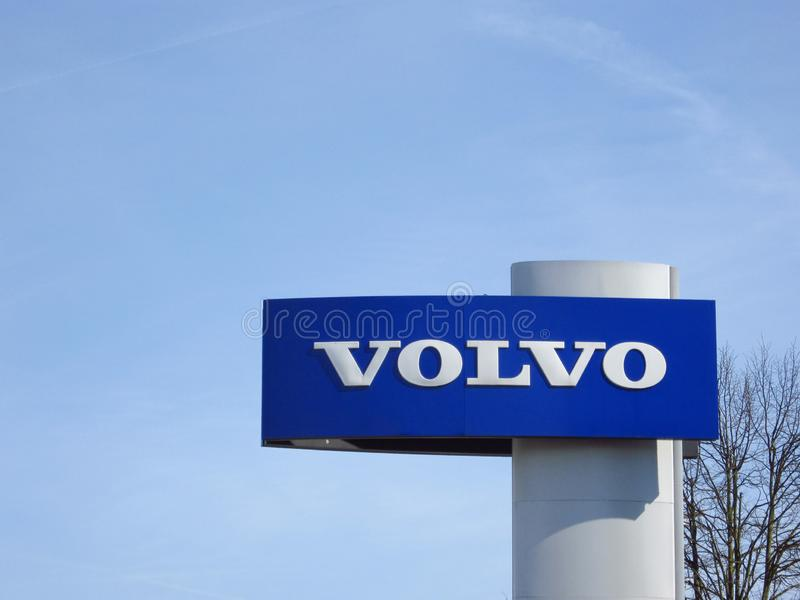 Logotipo de Volvo com c?u azul acima fotos de stock royalty free
