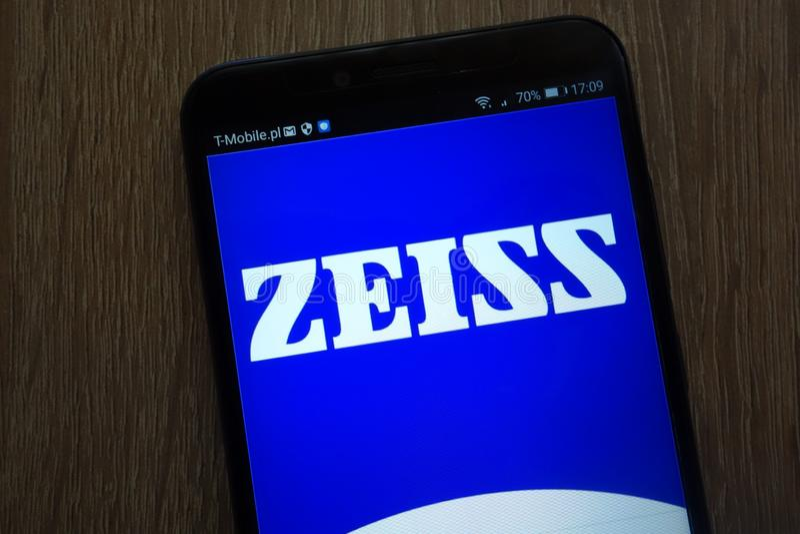 Logotipo de Zeiss exhibido en un smartphone moderno imagenes de archivo