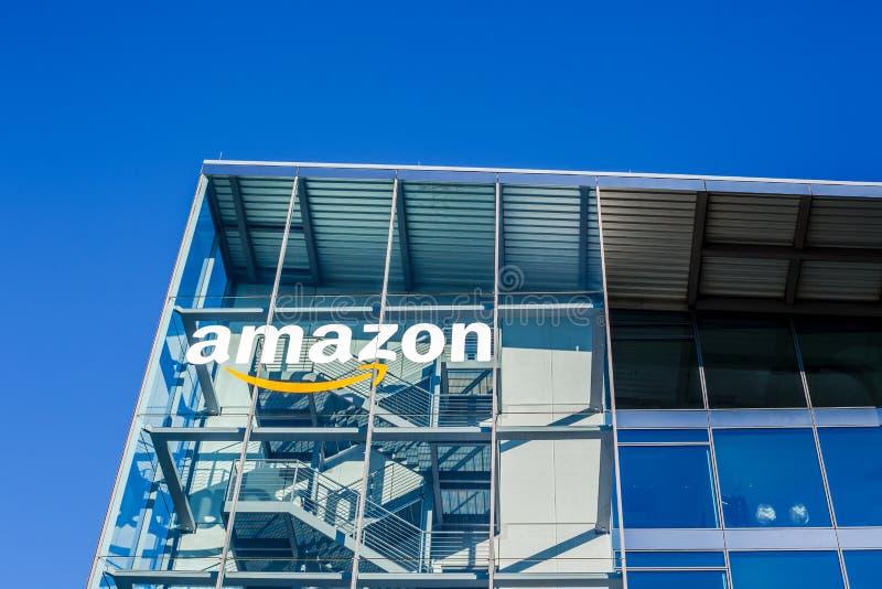 Logotipo del Amazonas en el edificio de oficinas, Munich Alemania fotos de archivo