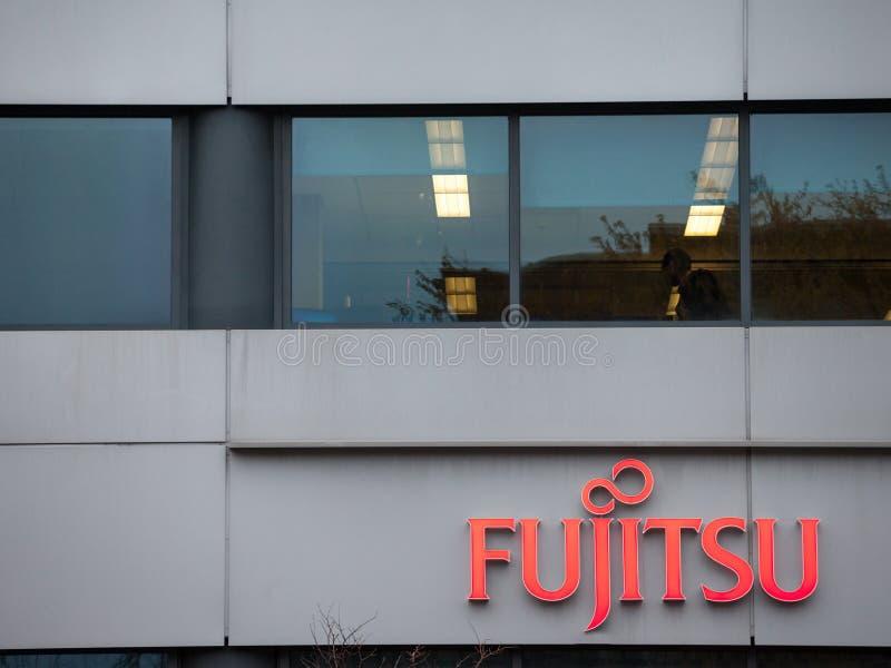 Logotipo del banco de Fujitsu en su oficina principal para Montreal, Quebec Fujitsu es un ordenador japonés y la marca del equipo foto de archivo libre de regalías