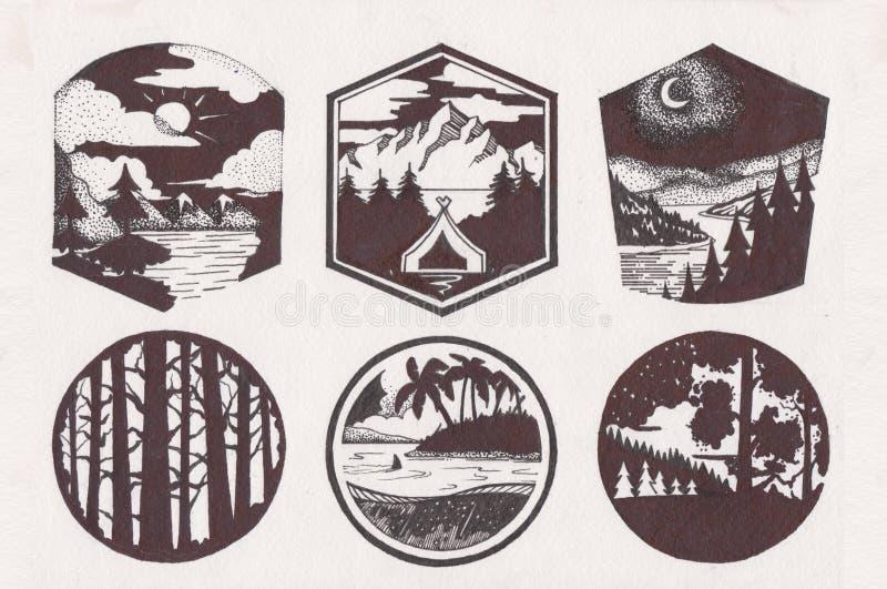 Logotipo del bosquejo de la montaña fijado en estilo retro Líneas de moda etiquetas del vintage de las siluetas de las montañas L ilustración del vector