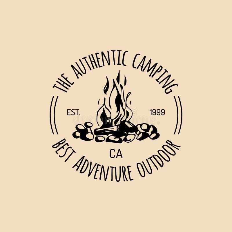 Logotipo del campo del vector Muestra del turismo con el ejemplo dibujado mano de la hoguera Emblema retro del inconformista, eti ilustración del vector