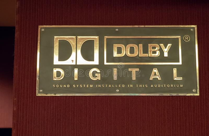 Logotipo del Dolby Digital fuera de un cine fotografía de archivo libre de regalías