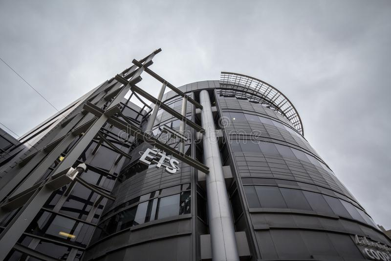 Logotipo del ETS delante del bulding moderno de su campus principal fotografía de archivo libre de regalías