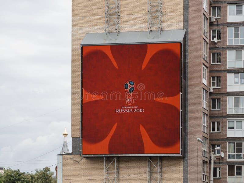 Logotipo del mundial 2018 en pantalla de la publicidad al aire libre en Nizhny Novgorod fotos de archivo