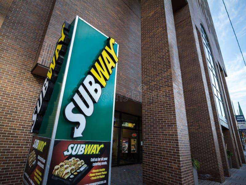 Logotipo del subterráneo delante de su restaurante local en Ottawa, Ontario El subterráneo es una cadena de los alimentos de prep imágenes de archivo libres de regalías