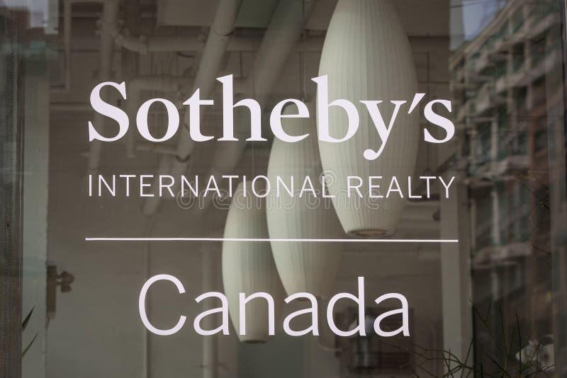 Logotipo delante de su oficina de las propiedades inmobiliarias para Toronto, Ontario de Sotheby fotografía de archivo libre de regalías