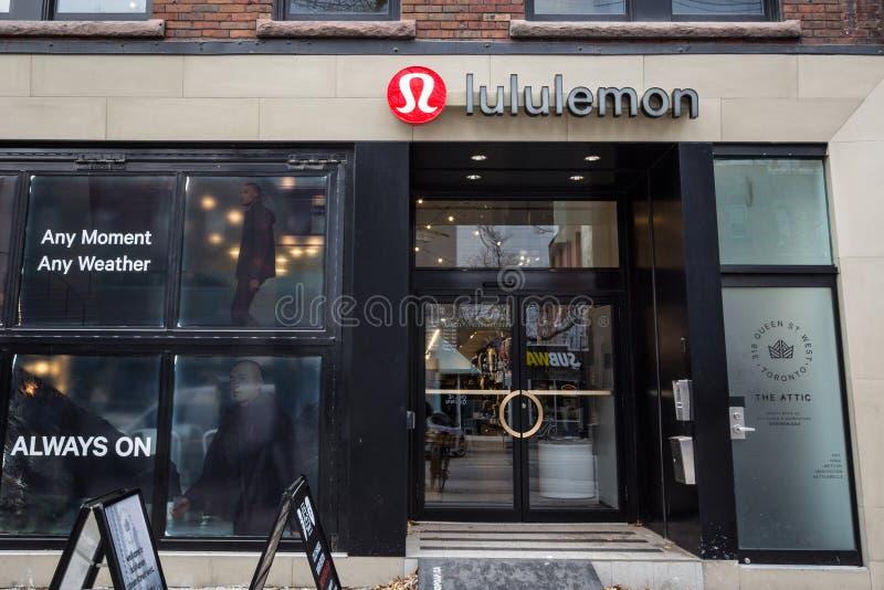 Logotipo delante de su tienda local en Toronto céntrico, Ontario de Luluemon Athletica imagen de archivo libre de regalías