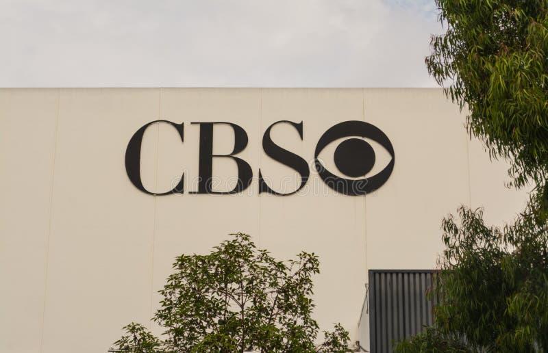 Logotipo do CBS em uma construção em Los Angeles imagem de stock royalty free