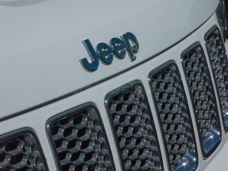 Logotipo do jipe no carro branco foto de stock royalty free