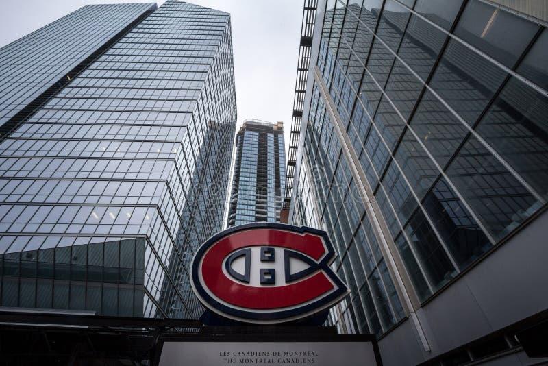 Logotipo do Montreal Canadiens, conhecido como Canadiens de Montreal, na frente de sua arena principal, o Centre Bell foto de stock
