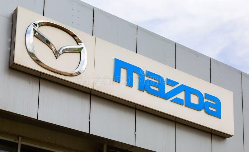 Logotipo do negócio de Mazda na fachada do negociante oficial foto de stock royalty free