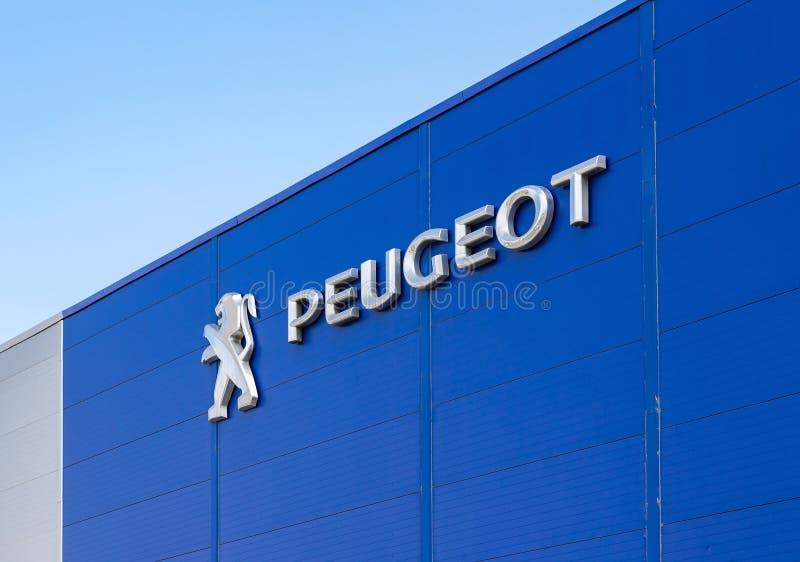 Logotipo do negócio de Peugeot no escritório do negociante oficial fotografia de stock royalty free