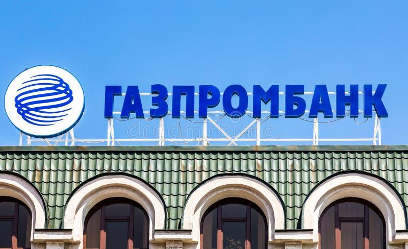 Logotipo do russo Gazprombank contra o céu azul imagem de stock