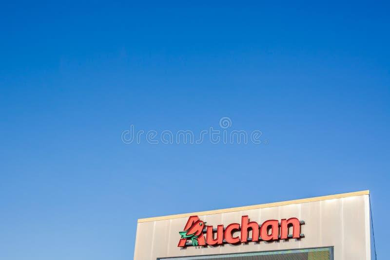 Logotipo do supermercado de Auchan em sua construção de loja imagem de stock