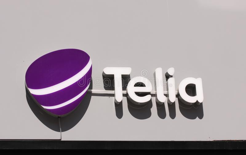Logotipo do Telia na loja O Telia é uma companhia telefônica dominante sueco e um operador de rede móvel atuais na Suécia, no Fin fotografia de stock royalty free