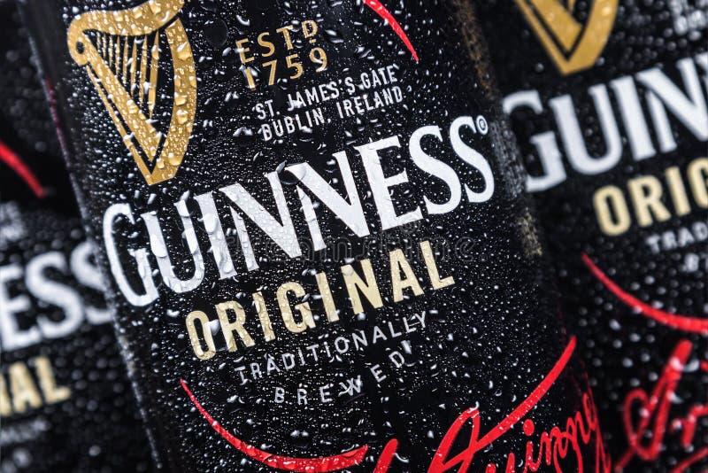 logotipo en las latas de aluminio de cerveza de Guinness Marca de la cerveza de Guinness fotos de archivo libres de regalías