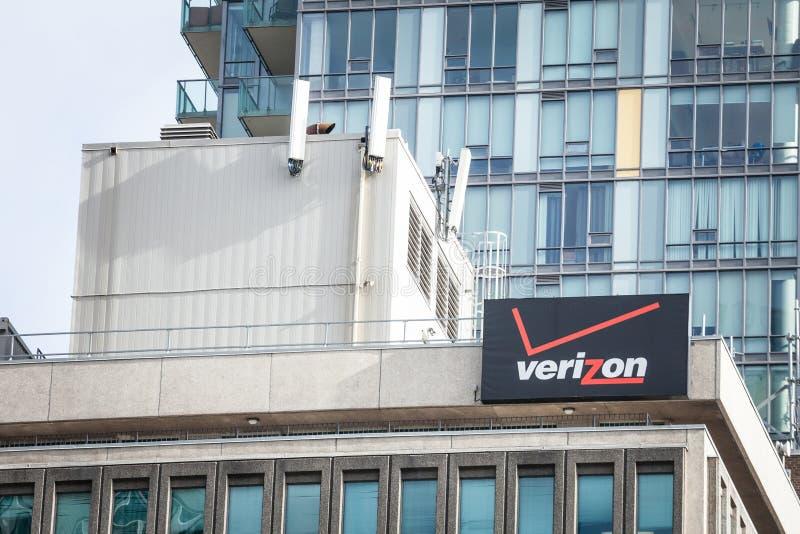 Logotipo en su oficina principal en Toronto, Ontario de Verizon Verizon es las telecomunicaciones y sociedad americanas del teléf fotos de archivo