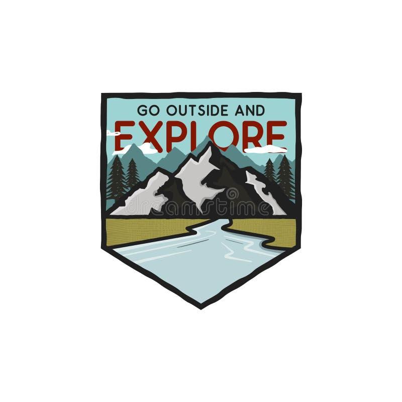 Logotipo exhausto de la aventura de la mano del vintage con las montañas, río y cita - vaya afuera y explore Aventura del aire li ilustración del vector