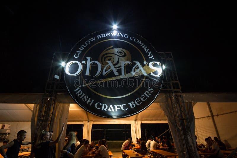 Logotipo gigante cerveza de los hara de O la 'en una barra al aire libre del verano O 'Hara, parte del grupo de la cervecería de  imágenes de archivo libres de regalías