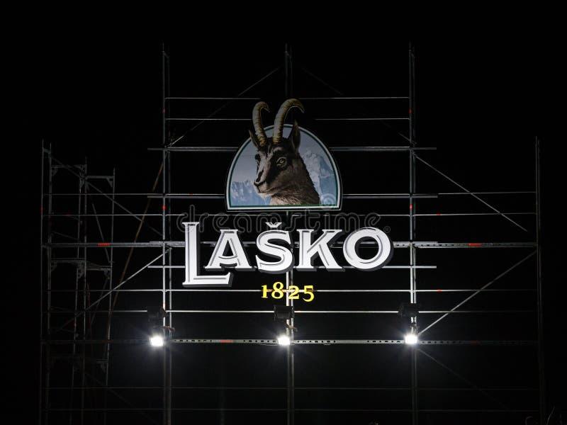 Logotipo gigante de la cerveza de Lasko Pivo en una barra al aire libre del verano Lasko es una cerveza de cerveza dorada ligera  foto de archivo libre de regalías