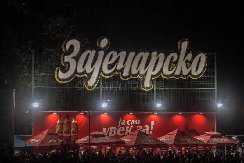 Logotipo gigante de la cerveza de Zajecarsko Pivo en una barra al aire libre del verano Zajecarsko es una cerveza de cerveza dora imágenes de archivo libres de regalías